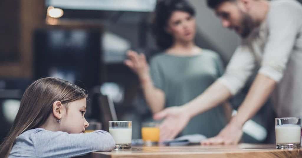 Семейството, в което доминират негативни емоции, постоянна критика, унижения, заплахи към партньора, недоверие – води до понижени самооценка и ръст на вътрешното напрежение.