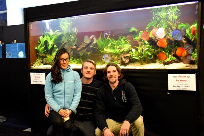 Passionnés du club De Discusvrienden devant leur aquarium planté