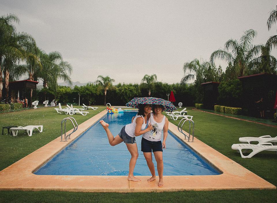 08 novias jugando con agua en piscina