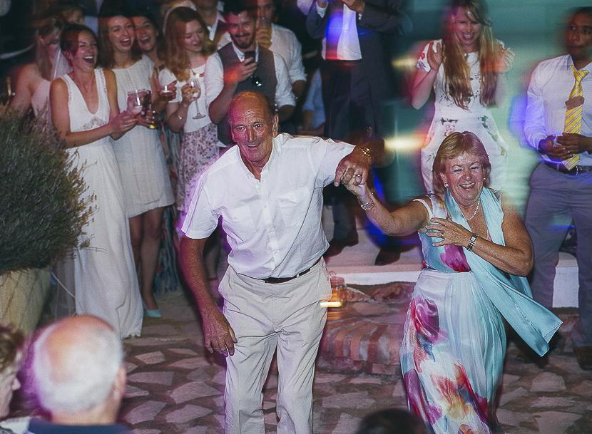 53 padres de novia bailando