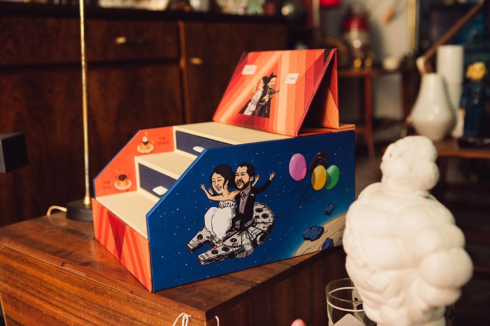 reportaje de boda novios en una caja ilustrada