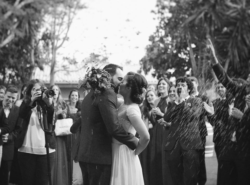 beso de pareja entre invitados
