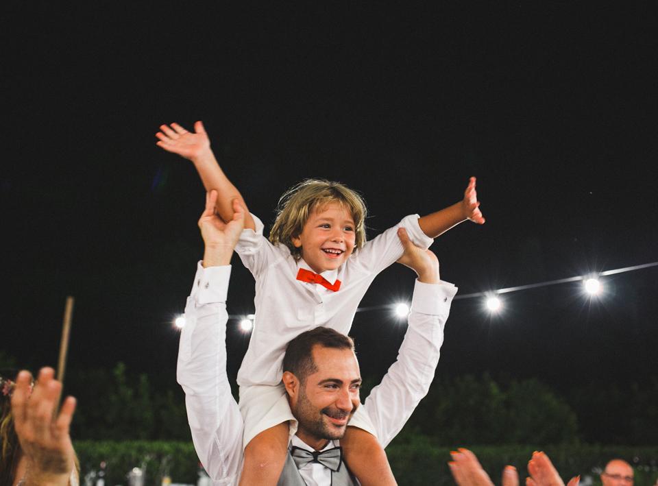 55-alegria-nino-saludando-a-invitados-de-boda