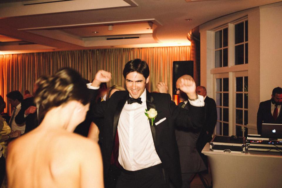 46 novio bailando con soltura