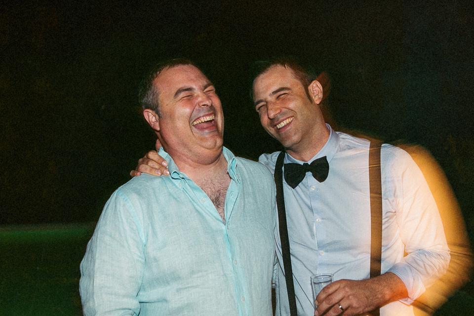 47 hermanos riendo en boda