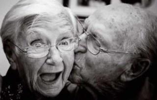 pasangan tua romantis