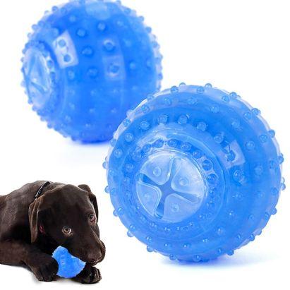 Los juguetes congelados pueden tener diferentes formas, como pelotas, huesos o discos. Sirven para refrigerar a tu perro de una manera sencilla, además tienen estructuras para mejorar la higiene dental o facilitar la sujeción por parte del perro.