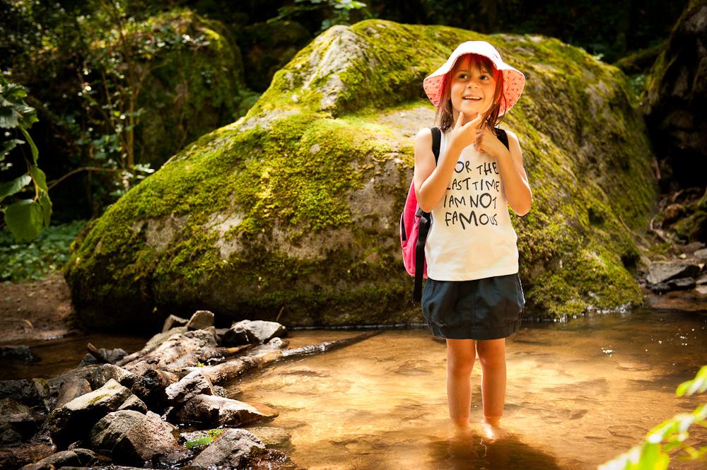 portrait d'une petite fille les pieds dans l'eau.