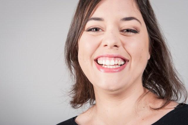 Portrait d'entreprise : une jeune femme souriante