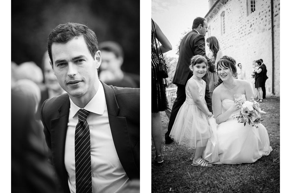 Un invité en costume au cocktail du mariage et une petite fille avec la mariée.
