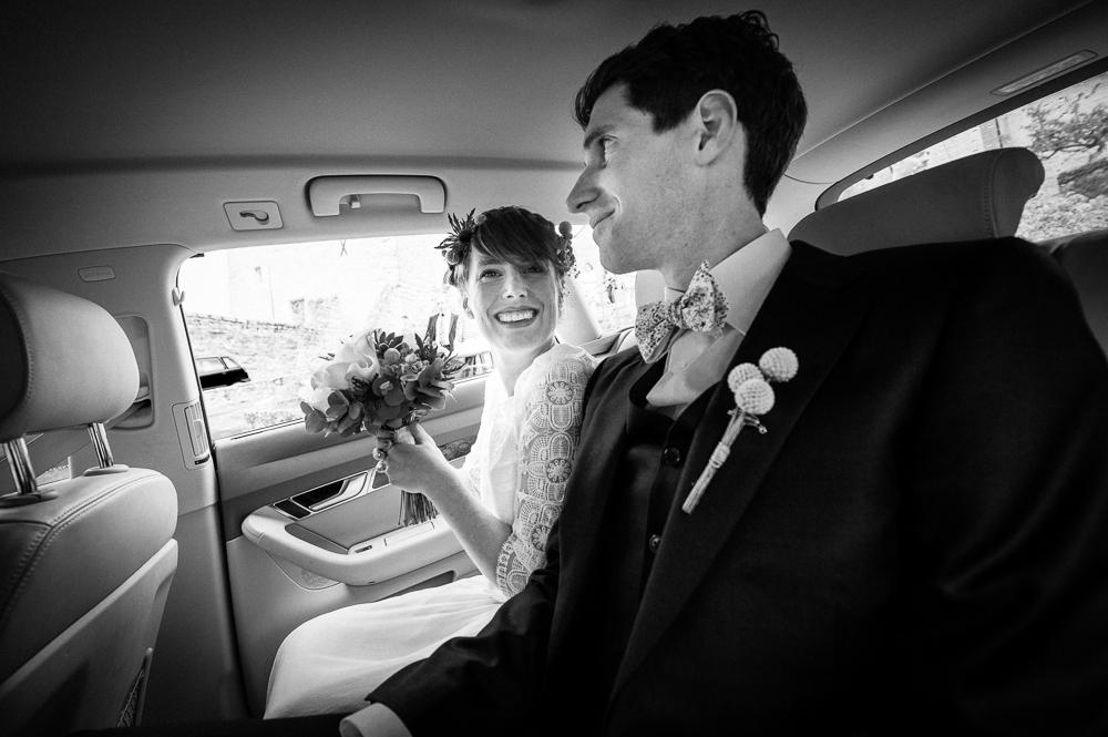 Photographie noir et blanc d'un jeune couple de mariés le jour de leur mariage en lozère.