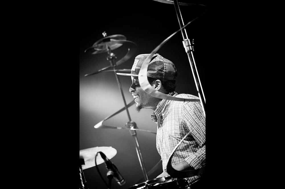 Photographie noir et blanc du batteur chris dave à Jazz en Tete à clermont-ferrand.