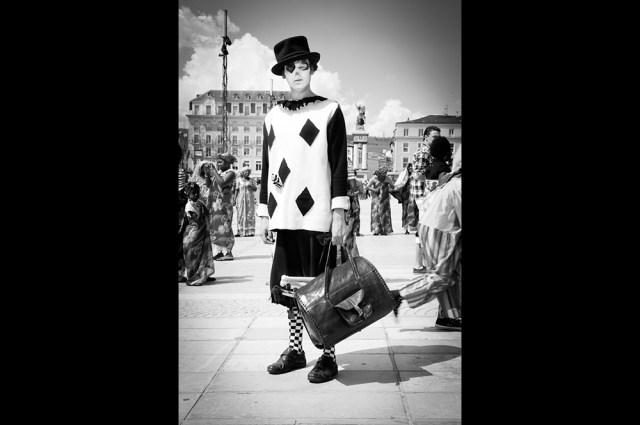 Photographie d'un clown pendant le carnaval de clermont-ferrand prise par un photographe professionnel d'événementiel.