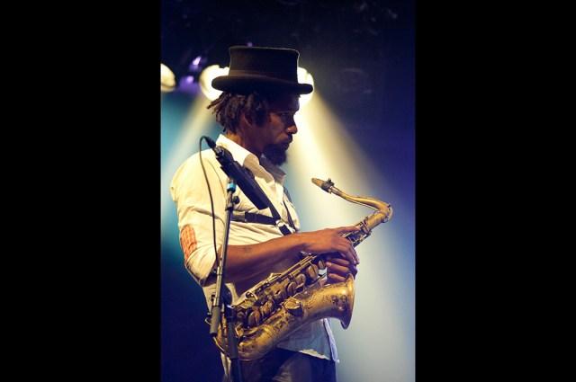 """Photographie professionnelle du saxophoniste Kebbi Williams pendant le festival international de jazz """"jazz en tête"""" à clermont-ferrand."""