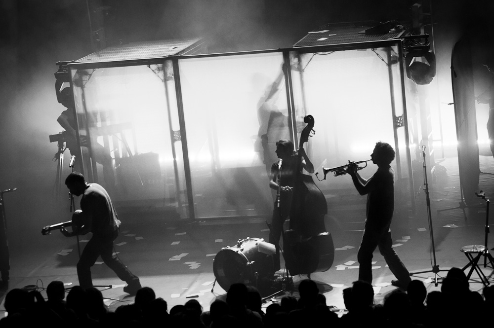 Photo d'ambiance d'un concert des ogres de barback à riom près de clermont-ferrand. Photographie professionnelle en noir et blanc.