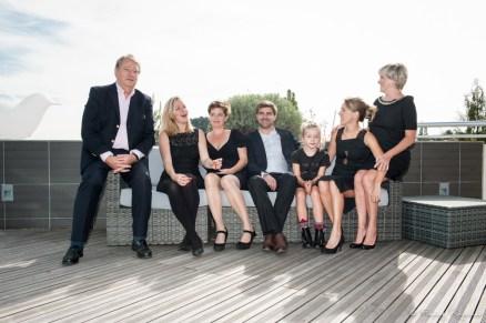 Photographie en extérieur d'une famille sur plusieurs générations assise dans un canapé. Extrait d'une séance photo à domicile, à chamalières, près de clermont-ferrand.
