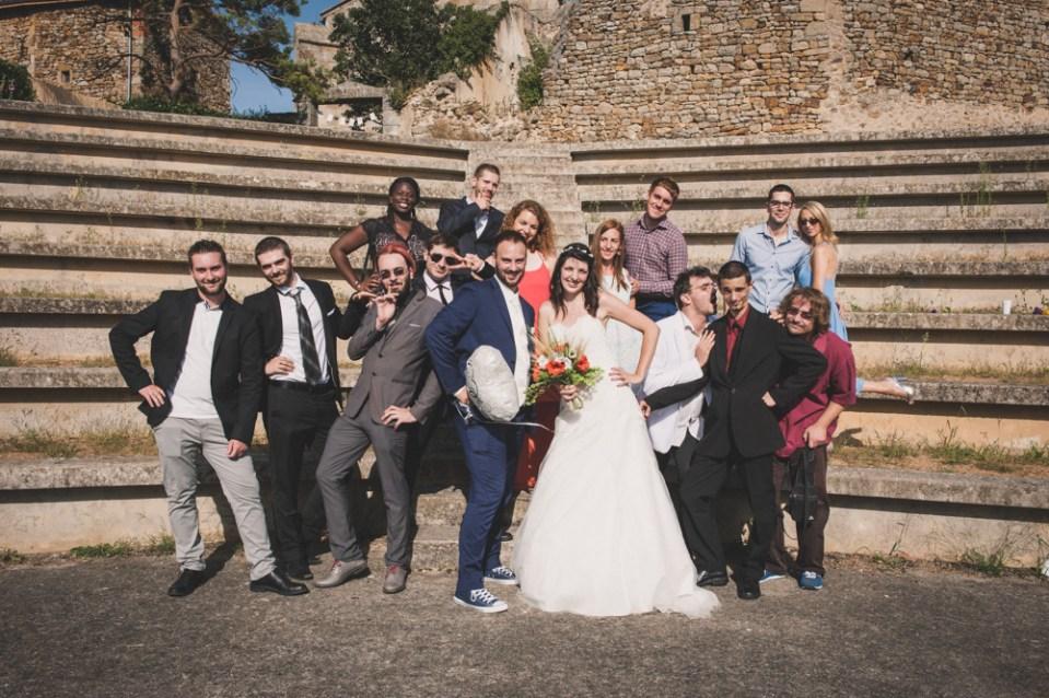 Photo de groupe rigolote des mariés avec leurs amis, un mariage détendu en auvergne.