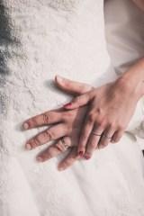 Détails des mains des mariés, photographie couleur. © Fanny Reynaud photographe professionnelle à clermont-Ferrand