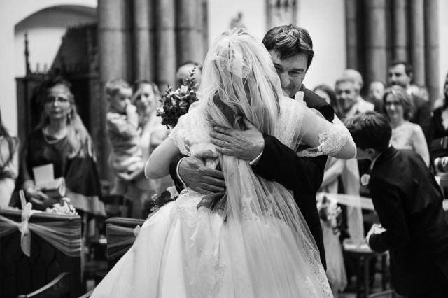 emotion du pere qui vient d'amener la mariee devant l'autel à clermont ferrand