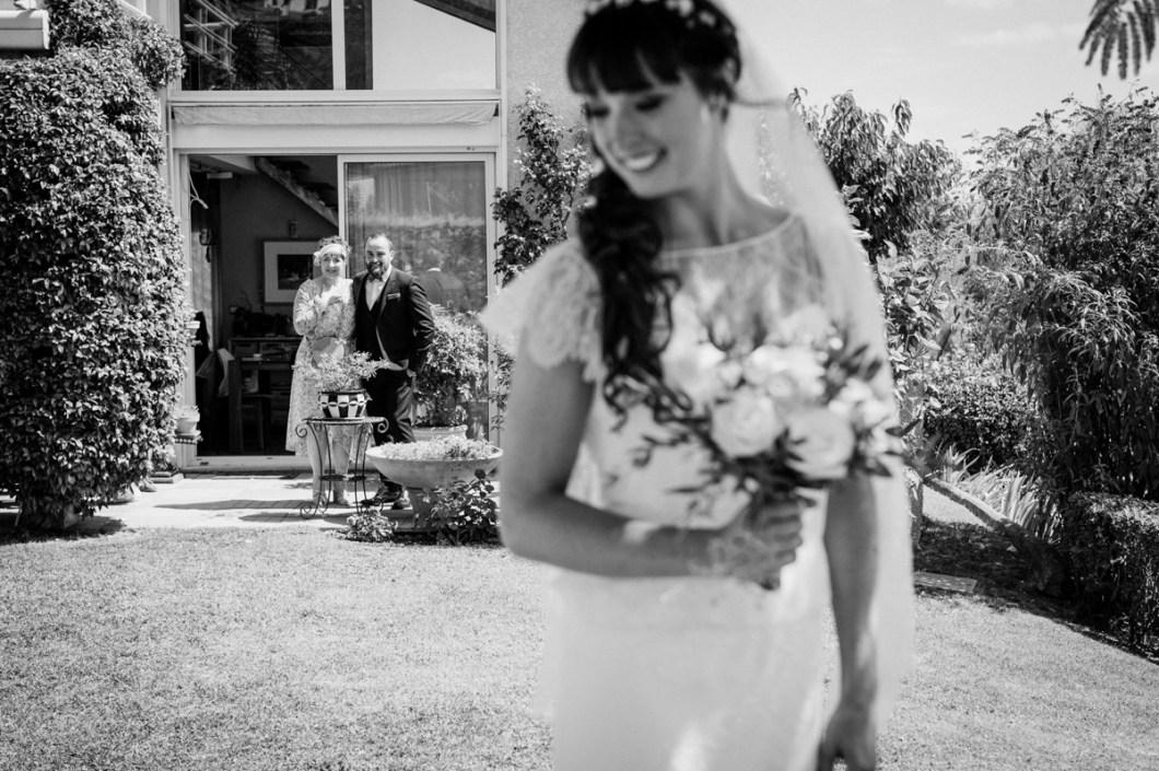 découverte des mariés lors d'un mariage en auvergne, photographie noir et blanc professionnelle