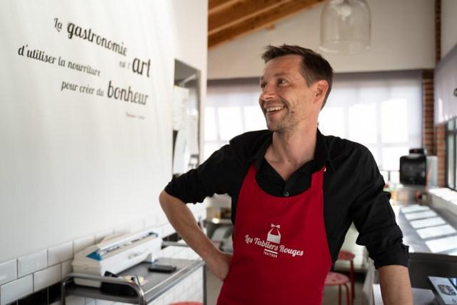 Mickael dans les cuisines de l'entreprise les tabliers rouges