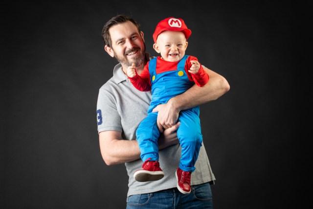 Shooting en studio d'un père et son fils, en couleur. Studio localisée sur Clermont-Ferrand. Photographe professionnelle basée sur Clermont-Ferrand.