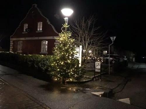 Geschmückte Laterne und Weihnachtsbaum auf Fanø