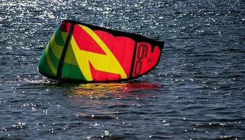 Kitedrachen im Wasser