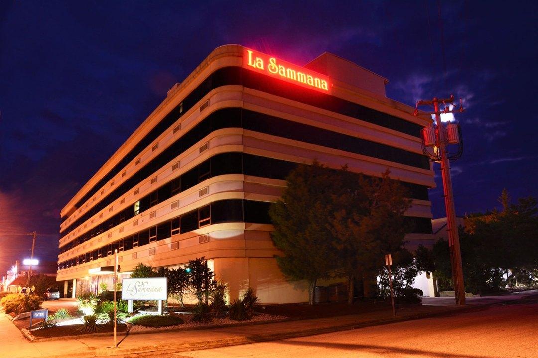 LaSammana--Bldg-Side-Neon-DSC-8918