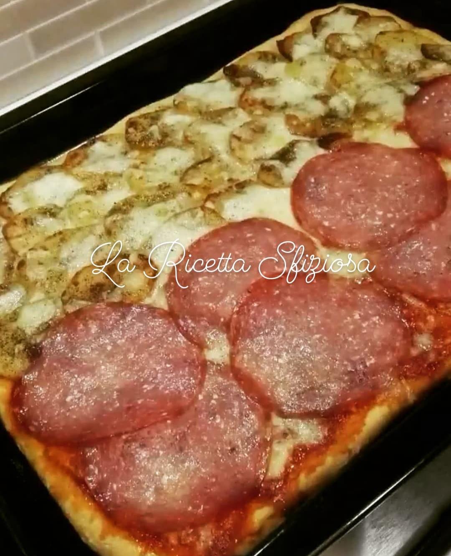 Pizza al salame e pizza bianca con patate