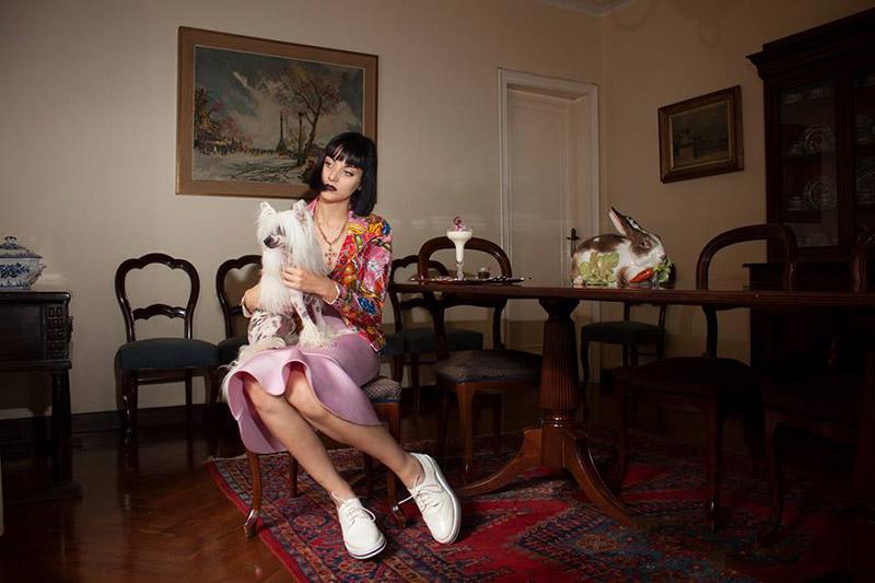 Chaqueta y falda Krizia Robustella, zapatos Stradivarius, bisutería H&M