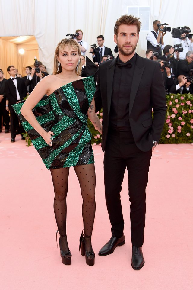 Miley Cyrus (Saint Laurent) y Liam Hemsworth