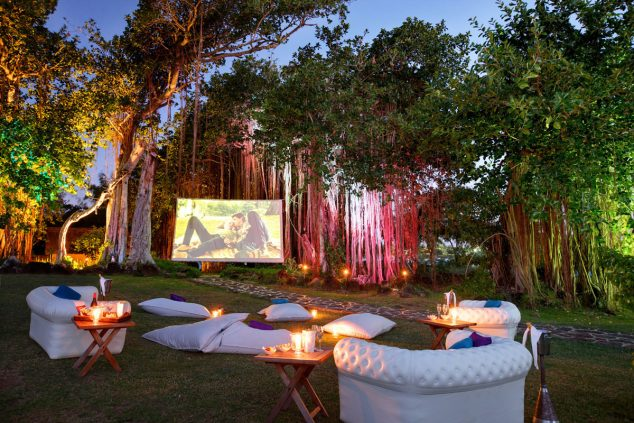 Maurice pantalla de Legends en la playa 1 634x423 12 Ideas Abiertas Aire Cine de Verano para la tarde romántica