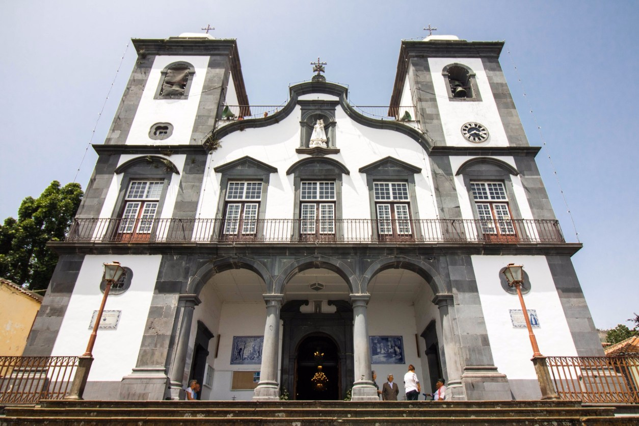 white-and-blackmonte-church-in-funchal