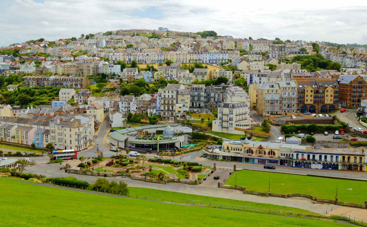 panoramic-view-of-seaside-town-of-ilfracombe-in-daytime