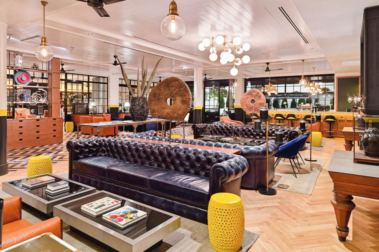 art-deco-retro-decor-in-hotel-lounge-and-bar-with-sofas-and-coffee-tables-h10-metropolitan-hotel-barcelona