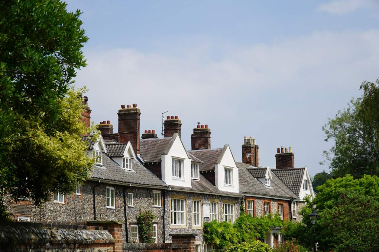 picturesque-row-of-terraced-houses-by-norwich-cathedral