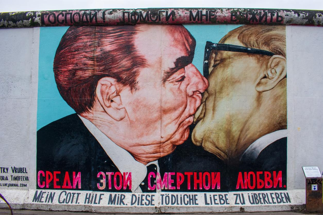 two-men-kissing-in-graffiti-street-art-at-the-east-side-gallery