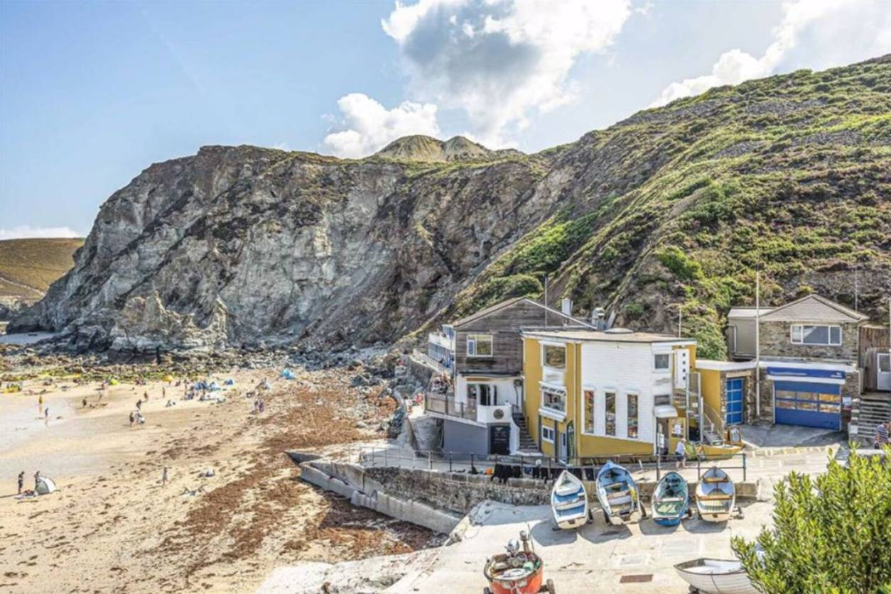 breakers-beach-sandy-beach-with-harbour-and-beach-buildings