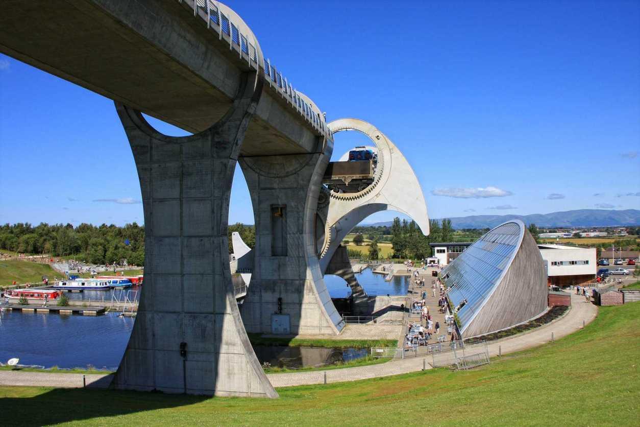 falkirk-wheel-rotating-boat-lift-on-sunny-day