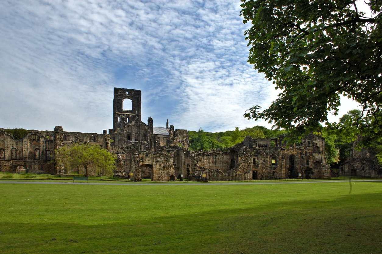 kirkstall-abbey-with-green-lawn
