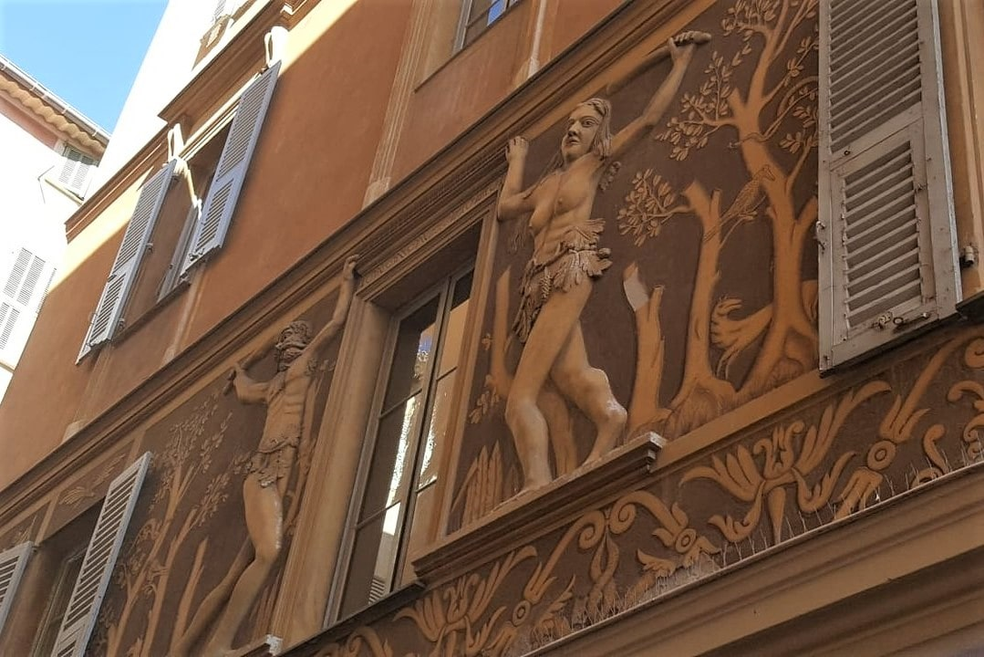 la-maison-d-adam-et-eve-the-house-of-adam-and-eve-statue-on-building