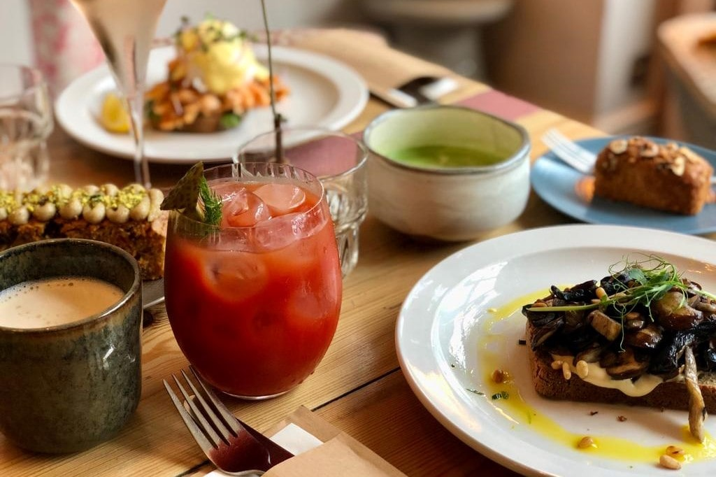 plates-of-breakfast-brunch-food-at-fettle-leeds