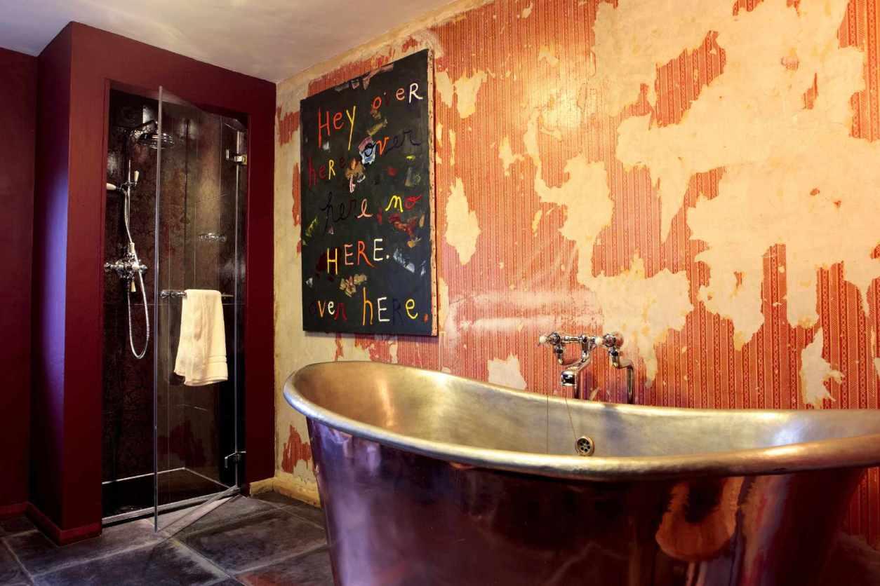rough-luxe-bathtub-with-freestanding-bathtub
