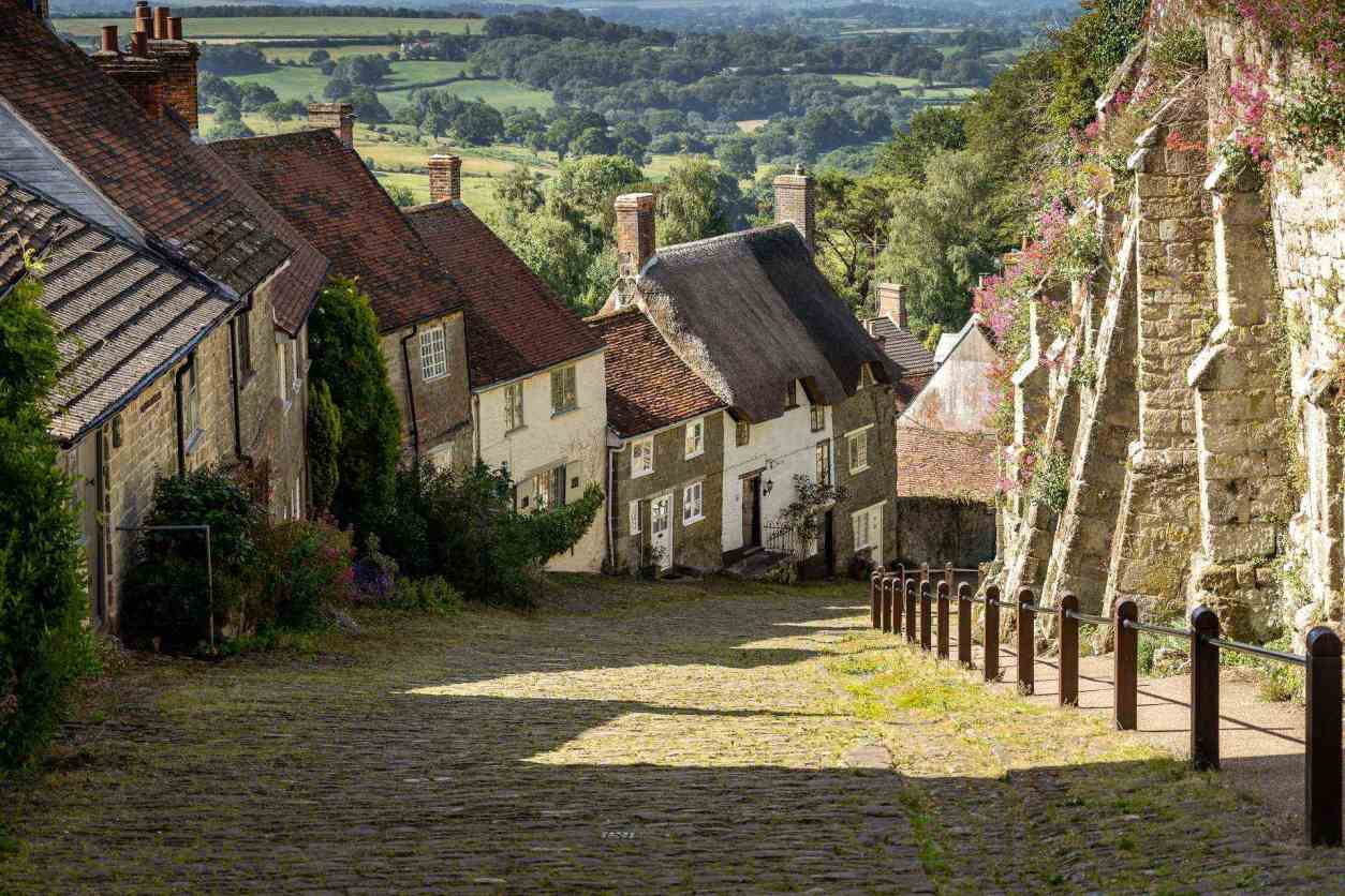 steep-hill-of-old-picturesque-houses-gold-hill-in-shaftesbury-free-things-to-do-in-dorset