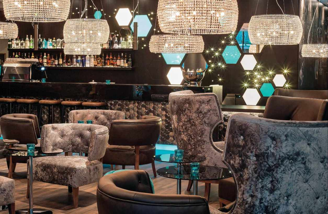 velvet-seats-and-chandeliers-in-motel-one-lounge