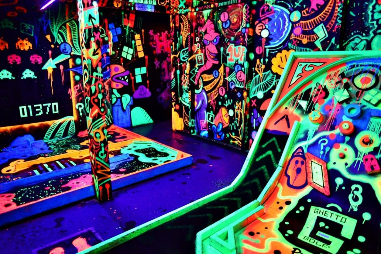 ©ghetto-golf-indoors-crazy-golf-in-dark-lit-up-by-bright-neon-colours-date-ideas-liverpool