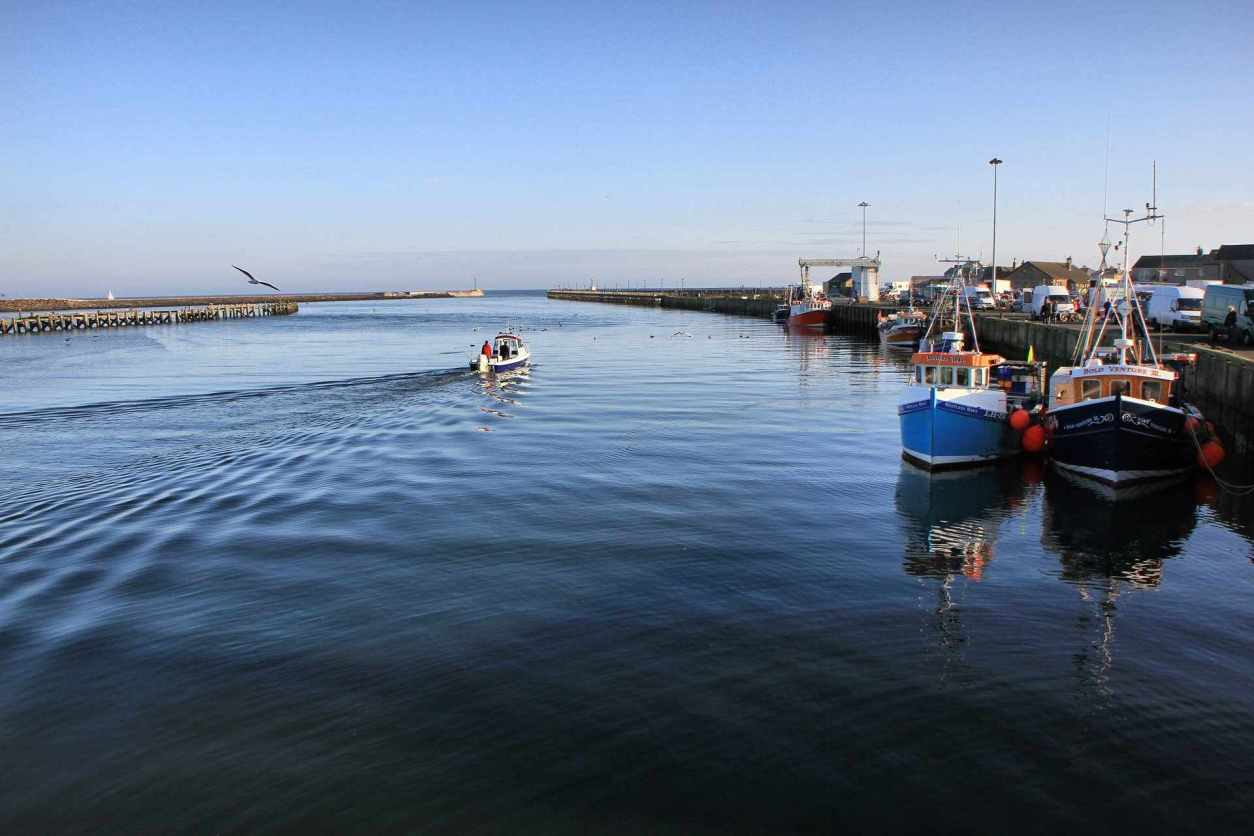 boat-on-water-by-amble-harbour-on-sunny-day-best-places-to-visit-in-northumberland