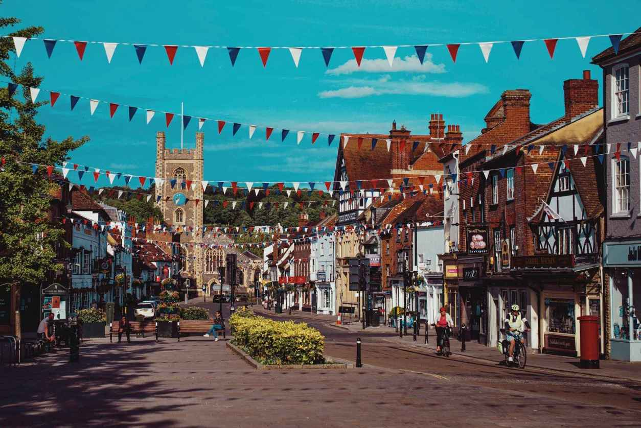 bunting-lining-british-high-street-on-sunny-day-in-henley-on-thames-day-trips-from-reading