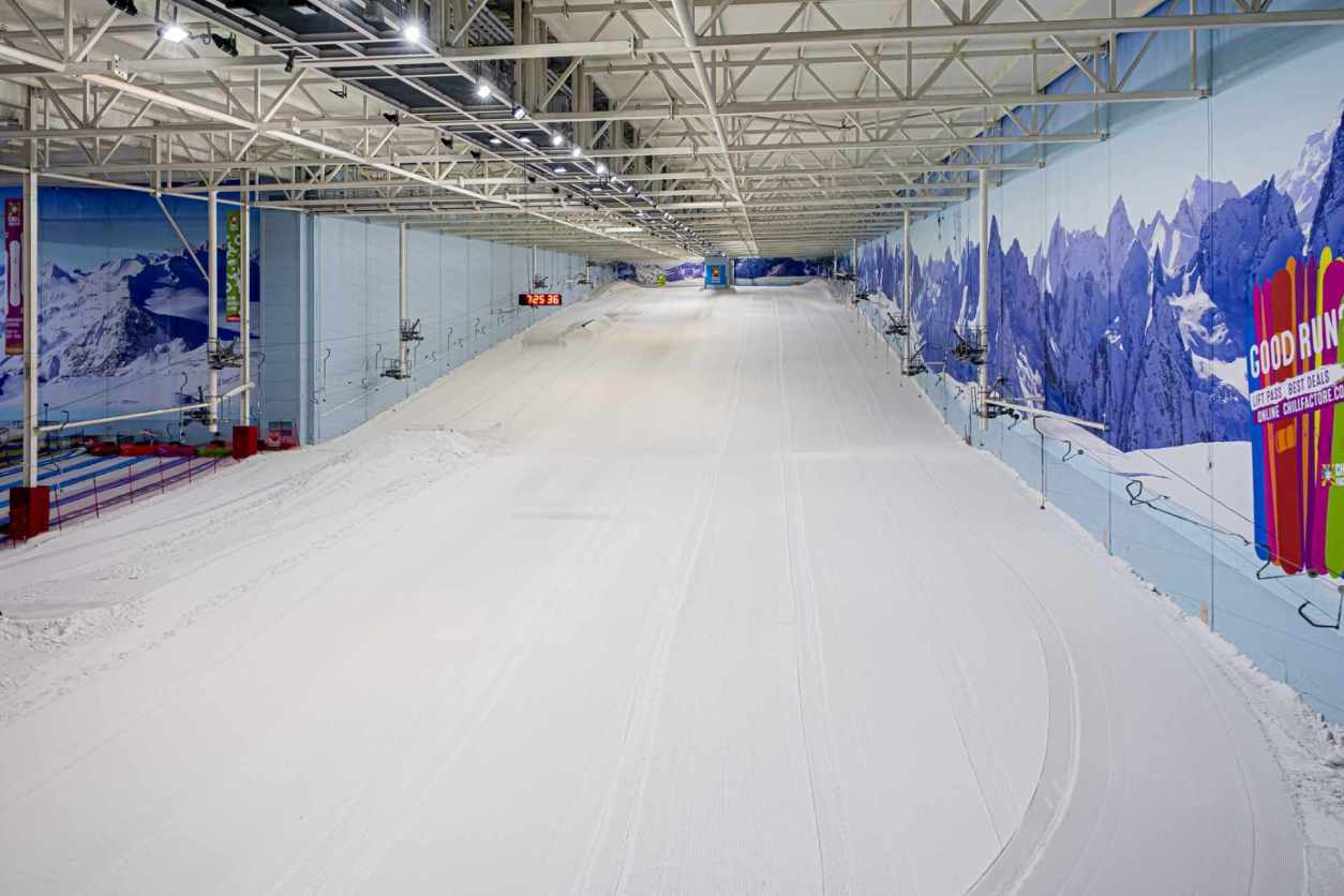 empty-snow-ski-slope-at-chill-factore-indoor-skiing-centre-indoor-activities-manchester